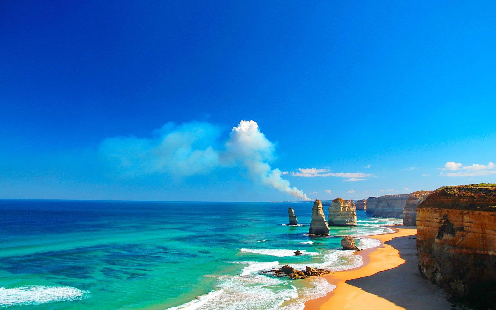 mer turquoise avec une plage de sable et des rochers