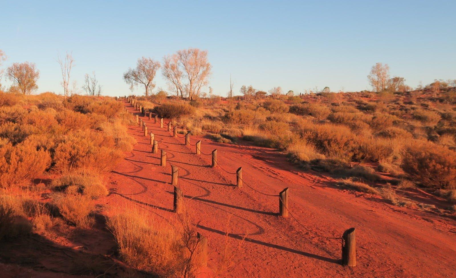chemin de poussière rouge