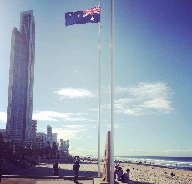 Brisbanne vue depuis la plage avec un drapeau de l'Australie