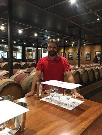 Étudiant go study dans cave à vin moderne