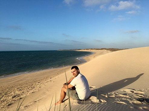 étudiant go study sur une plage en australie
