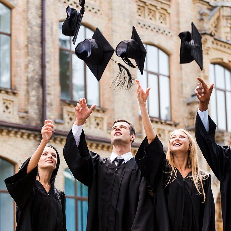 étudiants-qui-célèbrent-un-diplôme-en -jetant-leur-chapeau