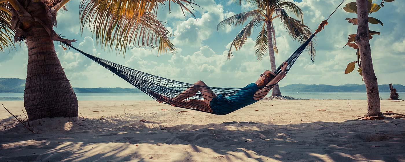 Vacancier dans un hamac qui se repose