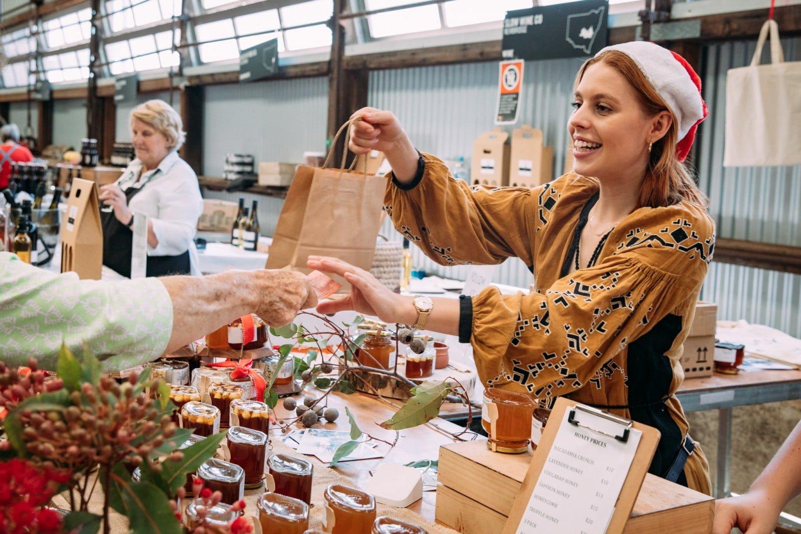 vendeuse donne poche au marché de Noel