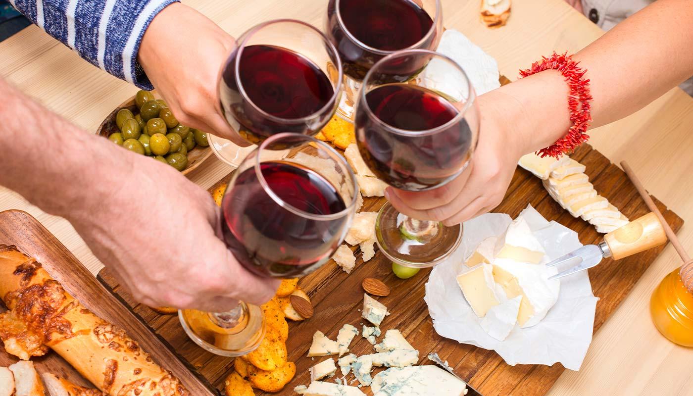 le vin australien autour d'une table avec des amis