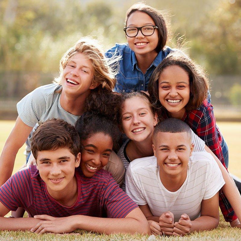 Enfants dans un camp de vacances pour ado
