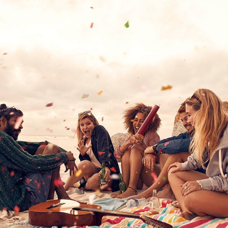 Jeunes qui font la fête sur une plage