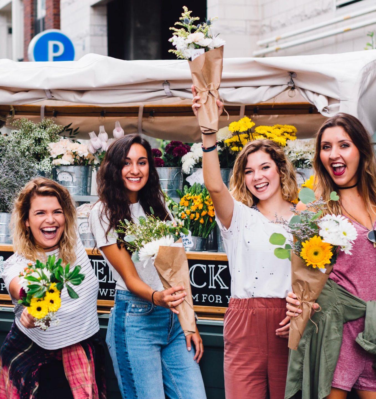jeunes filles avec fleurs